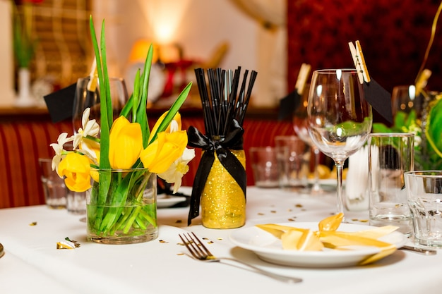Verjaardag gasten tabel instelling met verse bloemen