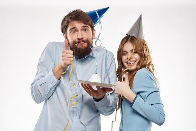 Verjaardag man en vrouw met een cupcake en een kaars