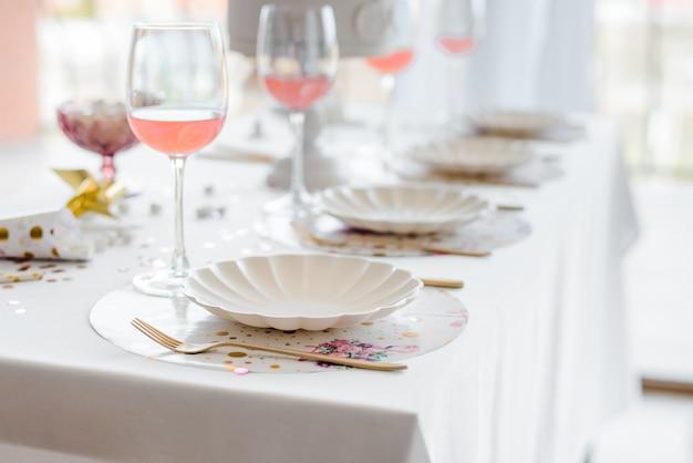 Verjaardag of bruiloft tabel instelling in witte kleuren met cocktails in glazen. babydouche of meisjesfeest. selectieve aandacht
