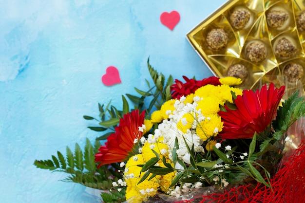 Verjaardag of valentijnsdag plat lag achtergrond en hart. kopieer ruimte voor uw ontwerp of bericht.