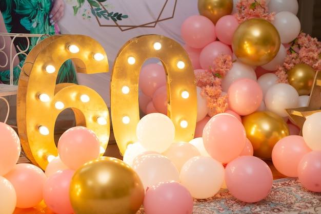 Verjaardag versiering met roze ballonnen en lichten