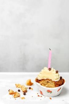 Verjaardag zelfgemaakte cupcake met kaars