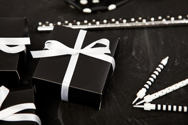 Verjaardags- of feestaccessoires set met geschenkdozen