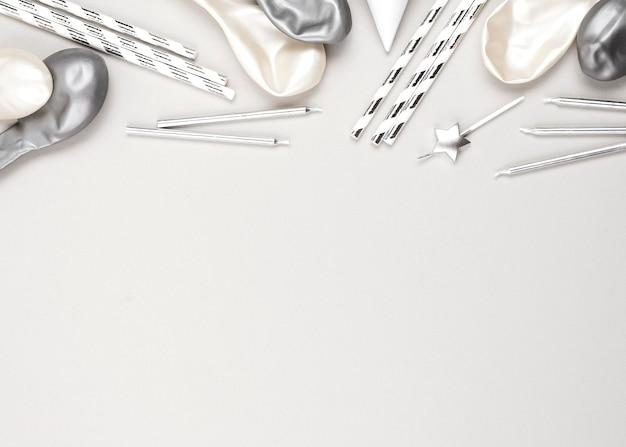 Verjaardagsballons en rietjes frame bovenaanzicht