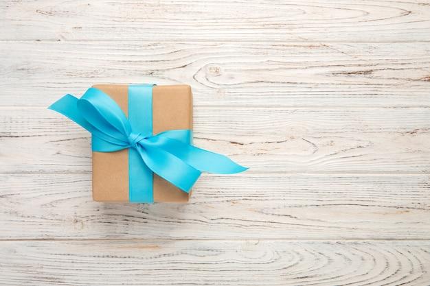 Verjaardagscadeau met blauw lint, bovenaanzicht, copyspace