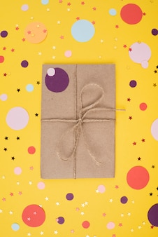 Verjaardagscadeau op confetti achtergrond