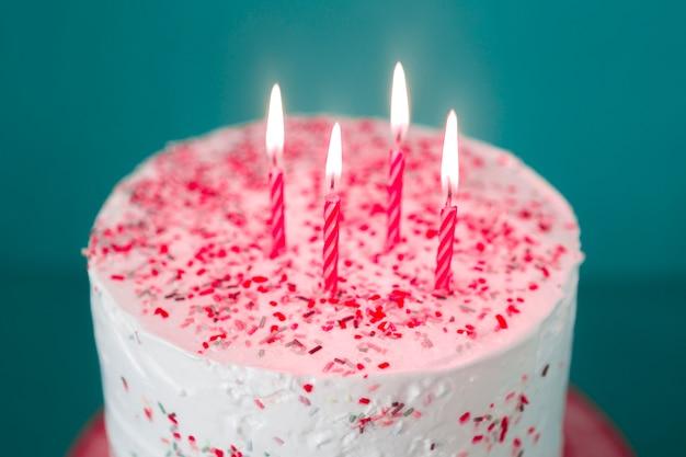 Verjaardagscake met aangestoken kaarsen