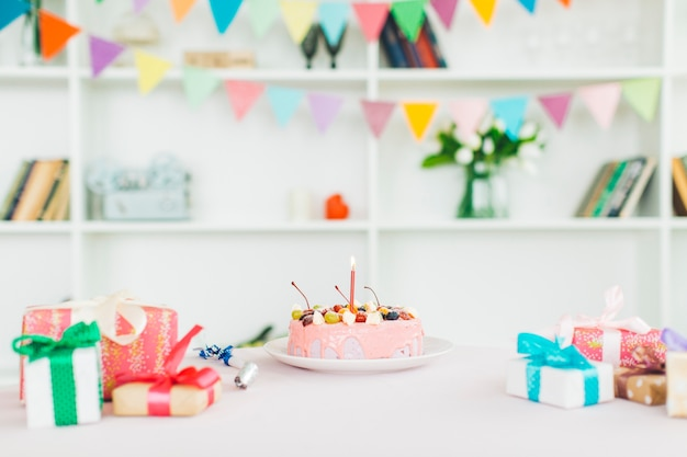 Verjaardagscake met geschenken