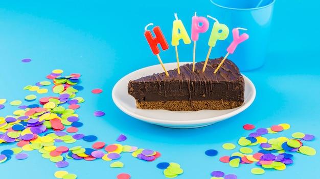 Verjaardagscake met kaarsen en confetti