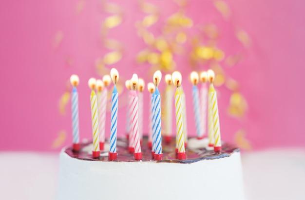 Verjaardagscake met kaarsen voor klein prinsesmeisje