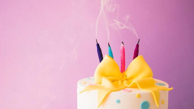 Verjaardagscake met kaarsen