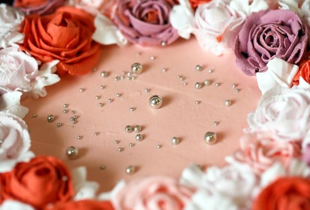 Verjaardagscake met rode rozen.