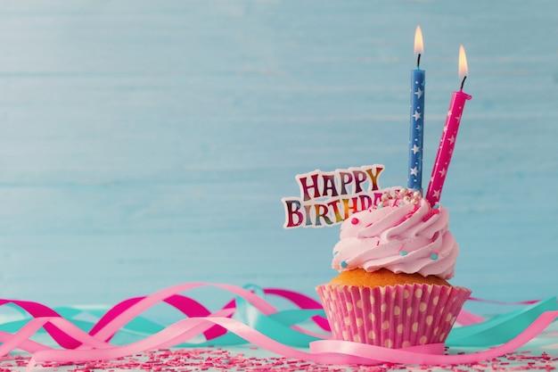 Verjaardagscake op blauwe houten tafel