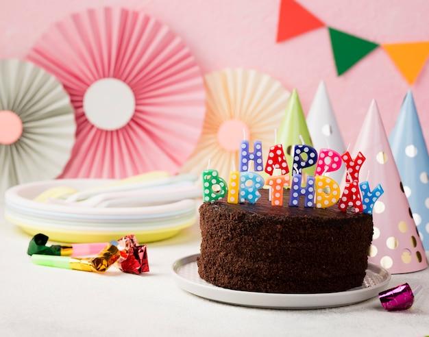 Verjaardagsconcept met chocoladecake en kaarsen