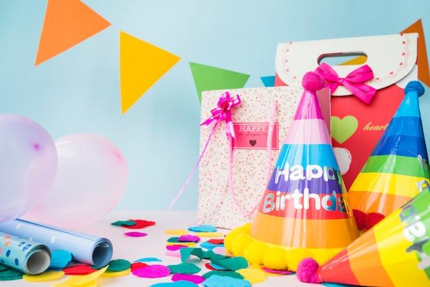 Verjaardagsdecoratie met het winkelen zak op blauwe achtergrond