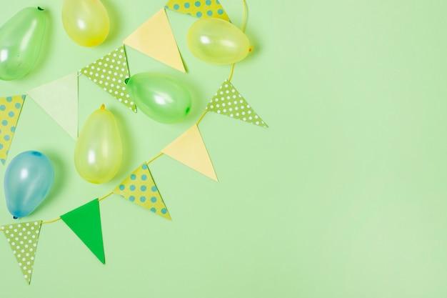 Verjaardagsdecoratie op groene achtergrond met exemplaarruimte