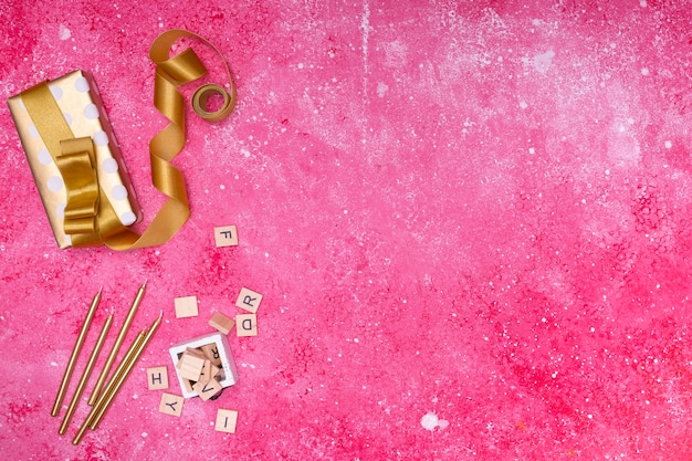 Verjaardagsdecoratie op roze marmer met exemplaarruimte