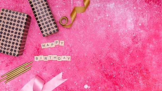 Verjaardagsdecoratie op roze marmeren achtergrond met exemplaarruimte