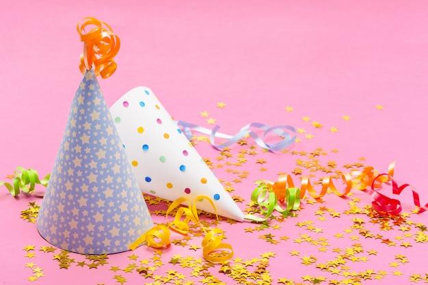 Verjaardagsfeest hoeden en decoratie