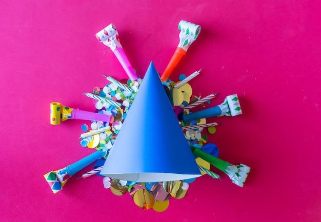 Verjaardagsfeest met papieren hoedjes.