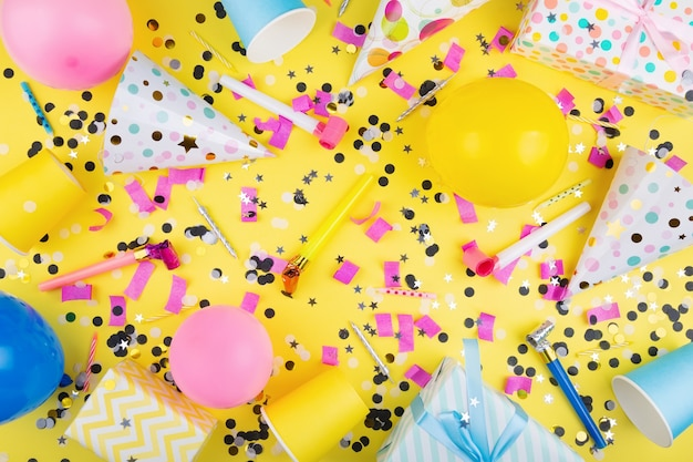 Verjaardagsfeestje attributen kleurrijke ballen confetti geschenken papieren bekers feestmuts