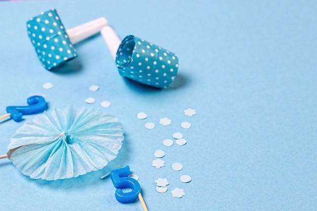 Verjaardagsfeestje blauwe achtergrond met verschillende feestelijke accessoires.
