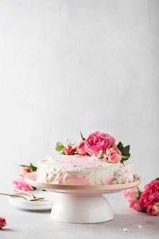 Verjaardagsfeestje concept met roze witte cake versierd met roze rozen