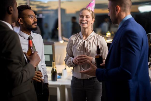 Verjaardagsfeestje in kantoor Premium Foto