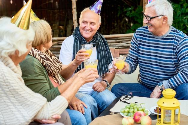 Verjaardagsfeestje van senior man