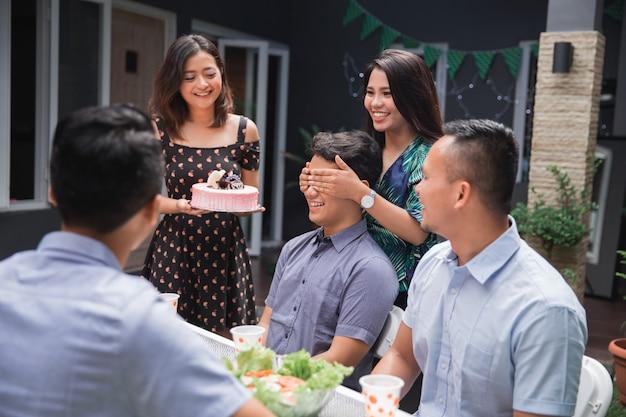 Verjaardagsfeestje verrassing met vrienden