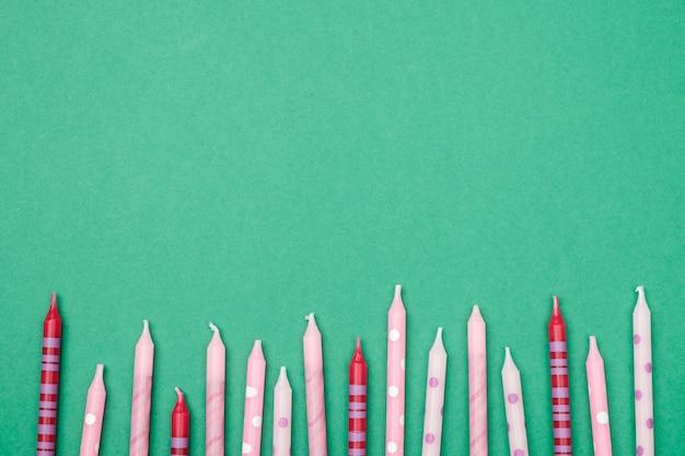 Verjaardagskaarsen op kleurrijk. plat leggen