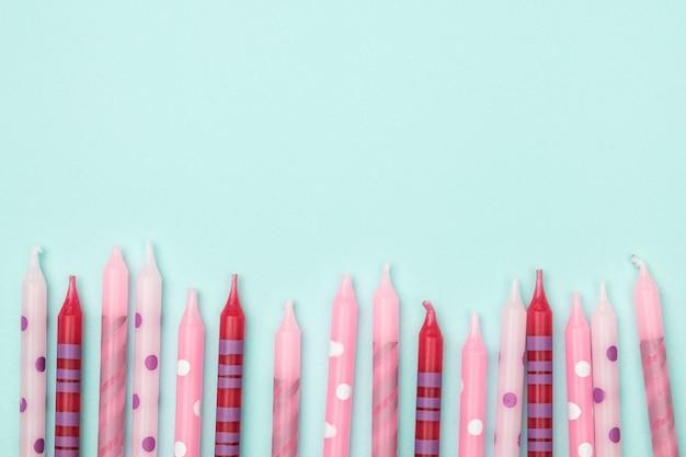 Verjaardagskaarsen op kleurrijke achtergrond. plat leggen