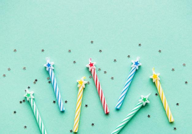 Verjaardagskaarsen op pastel groene achtergrond