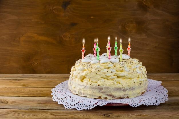 Verjaardagsschuimgebakcake met brandende kaarsen