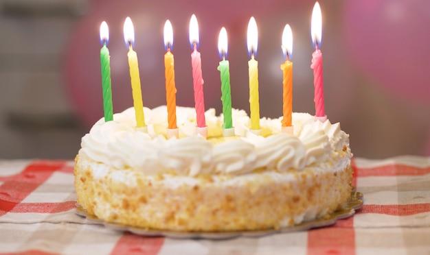 Verjaardagstaart met brandende kaarsen
