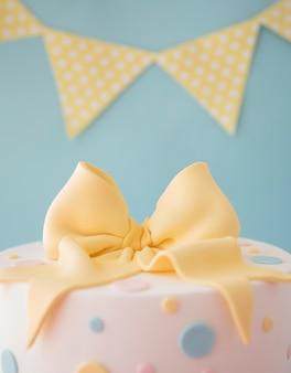 Verjaardagstaart met decoratieve slinger