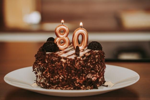Verjaardagstaart met kaarsen, feest voor 80-jarig jubileum