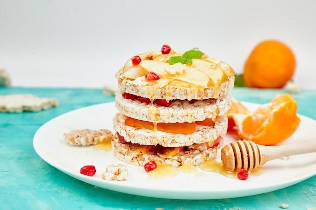 Verjaardagstaart met knapperige rijst, sinaasappel, bessen en honing