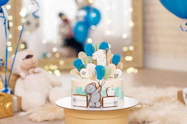 Verjaardagstaart voor 1 jaar versierd met schuimgebakjes en sterren