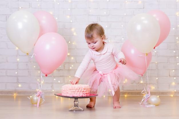 Verjaardagsviering grappig klein meisje smashing cake