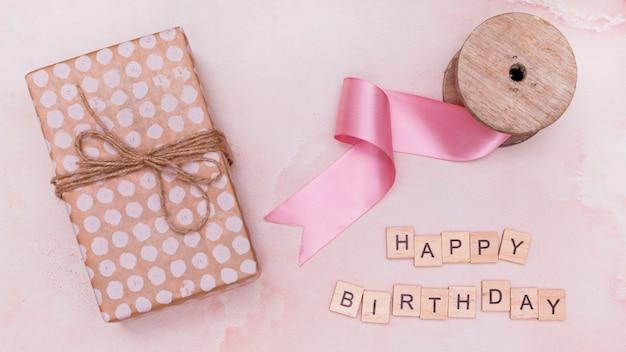 Verjaardagsvieringslevering op roze marmer