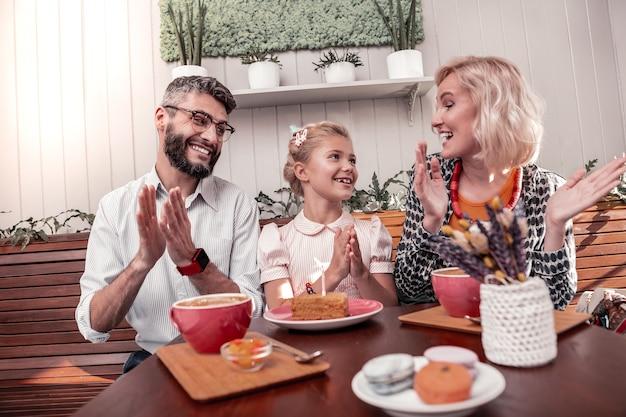 Verjaardagswensen. positieve blije vrouw die lacht terwijl ze haar mooie dochter feliciteert
