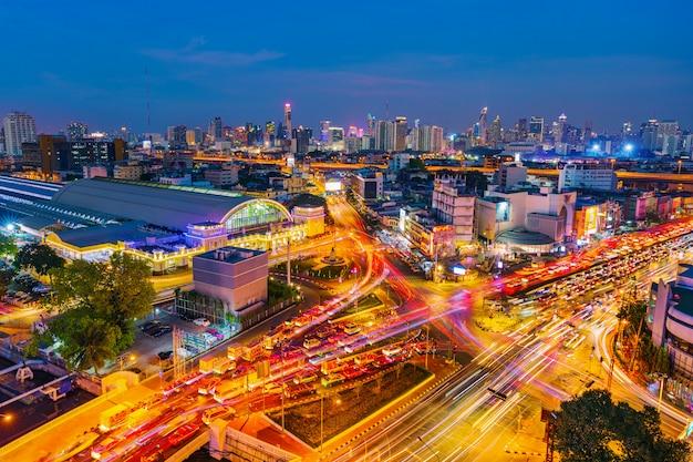Verkeer bij kruising hua lamphong en hua lamphong-station bij schemering in bangkok