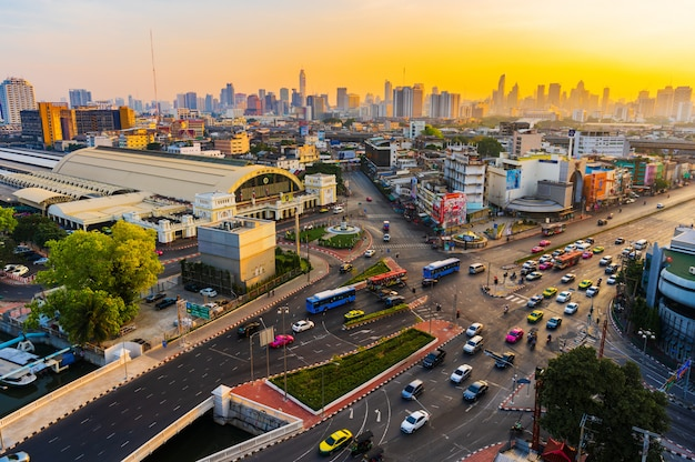 Verkeer bij kruising hua lamphong en hua lamphong-station met zonsopgang in bangkok