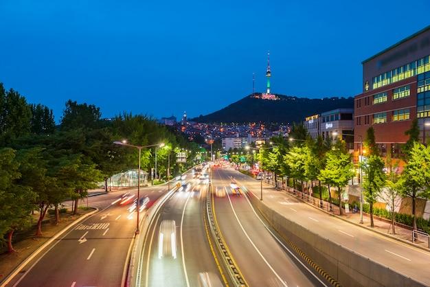 Verkeer bij nacht in de stad van seoel, zuid-korea