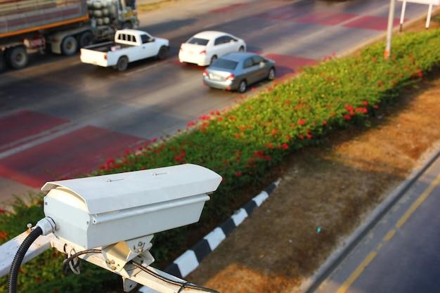 Verkeer cctv is bezig met het overbrengen van informatie naar de verkeersleiding op de snelweg