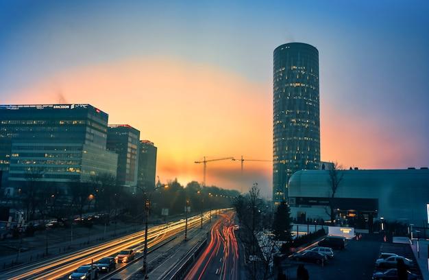 Verkeer en sky tower-bedrijfsgebouwen in het pipera-gebied, boekarest, roemenië
