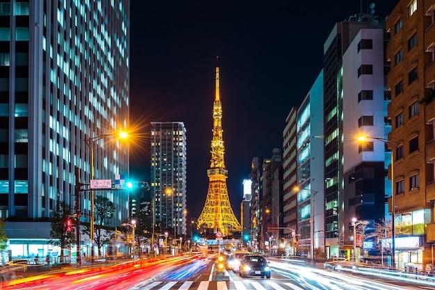 Verkeer en stadsgezicht van tokyo 's nachts, japan.