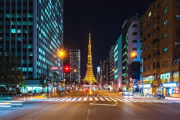 Verkeer en tokyo tower 's nachts, in tokio, japan.