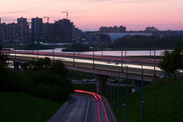 Verkeer in de avond. brug over de rivier.